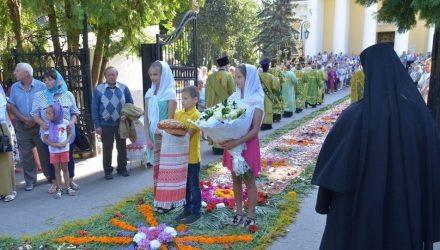 Митрополита Павла встретили в Гомеле ковром из живых цветов