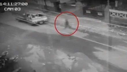 Разъярённый призрак пытался устроить ДТП на оживлённой дороге, но попал на видео