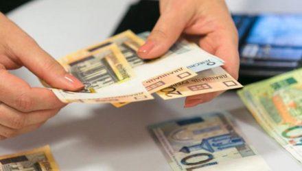 Как зарплаты белорусов выглядят на фоне получек в соседних странах