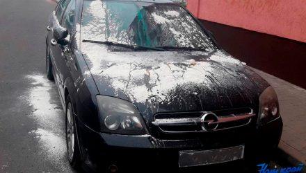 В Барановичах Opel забросали яйцами, обсыпали мукой и залили краской