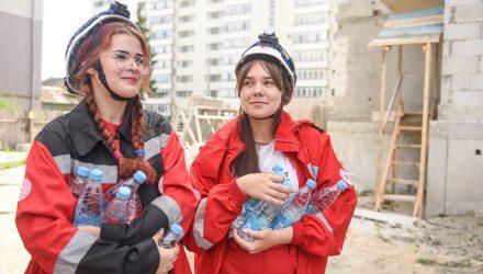 В Гомеле по случаю жары бесплатно раздали воду строителям