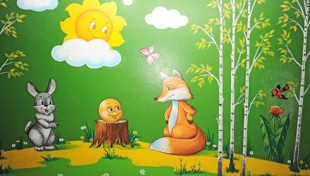 Поправляйся! В Гомеле по просьбе мамы болеющего сынишки художники ЖЭУ нарисовали сказочную картину