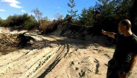В карьере под Гомелем незаконно добывали песок: нарушитель на МАЗе пытался скрыться, сбросив инспектора в кусты
