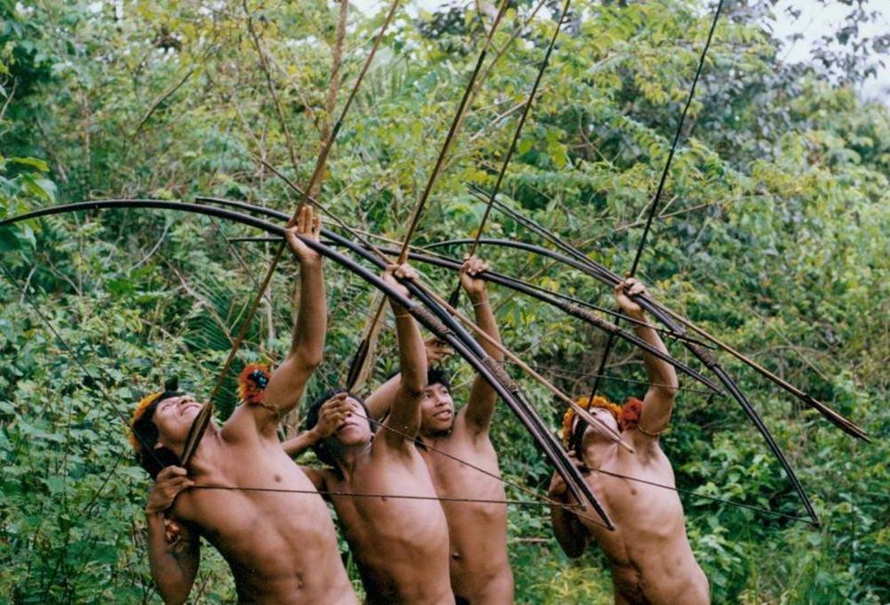Беспилотник впервые снял загадочное племя, которое никогда не видело цивилизацию