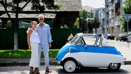 """""""Беларусь идеальна для туризма. Только одно """"но"""". В Гомеле австрийцы рассказали, как путешествуют на 63-летнем BMW-яйце"""