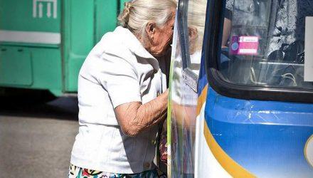 Добрая история. В Жлобине мужчина подхватил на руки бабушку, которой сложно было зайти в автобус, и усадил на сиденье