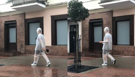 Одежда антистресс. Прохожие заметили на улице белоруса в пузырчатой упаковке