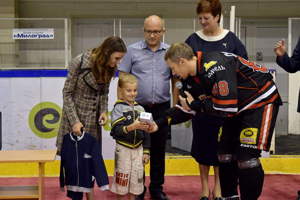 Мобильник и стол с лампой: хоккеисты Гомеля полностью собрали первоклашку в школу