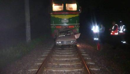 """Под Бобруйском пьяный на """"жигулях"""" решил поехать по путям, но его догнал поезд"""