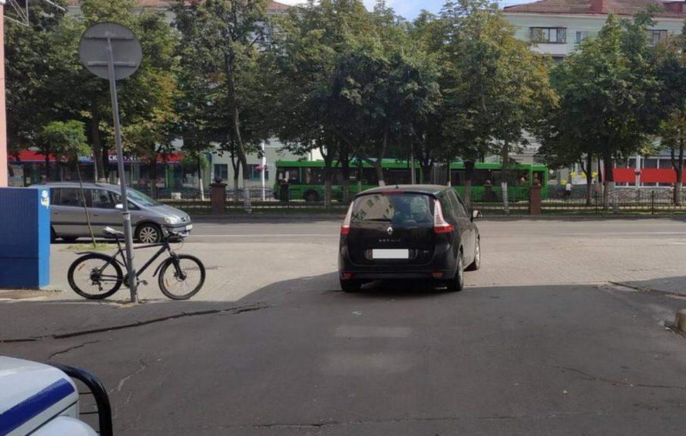 В Гомеле продолжают сбивать велосипедистов при выезде со двора. На этот раз пострадала 13-летняя девочка