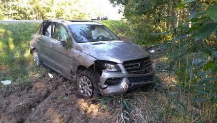 В Петриковском районе водитель уснул за рулём Mercedes, снёс знак и опрокинулся – пострадала 14-летняя девочка