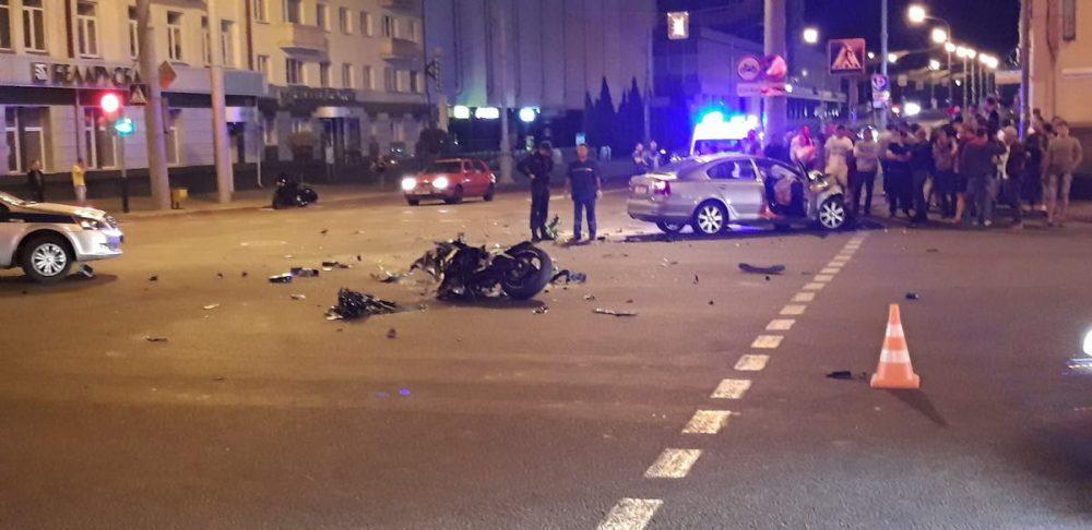 В Гомеле ночью парень на спортбайке Yamaha разбился насмерть, столкнувшись на перекрестке со Skoda