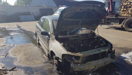 В Гомеле целиком сгорело авто, также огнём повреждены 4 сарая – подозревают поджог
