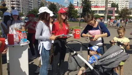 Гомельские школьники и представители Красного Креста помогли собрать необходимые принадлежности для учёбы ребятам из многодетных и малообеспеченных семей