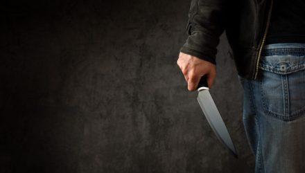 В Калинковичах местный безработный порезал мужчину и бросался с ножом на милиционера