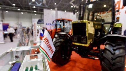 """Путин оценил """"золотой"""" белорусский трактор по достоинству"""
