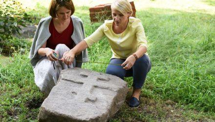 В Гомеле во дворе школы дети нашли таинственный камень с крестом. Находка вызвала интерес краеведов