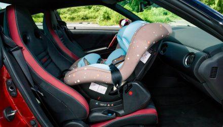 В Мозыре водитель Mercedes резко затормозил перед пешеходным переходом – 3-месячный ребёнок выпал из люльки на пол