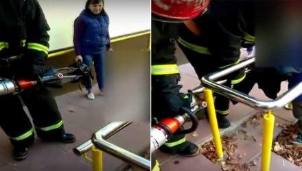 В Светлогорске спасатели помогли 5-летнему мальчику, голова которого застряла между металлическими перилами магазина