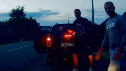 Белорусские гопники избили водителя из Москвы на глазах его жены. Случай попал на видео
