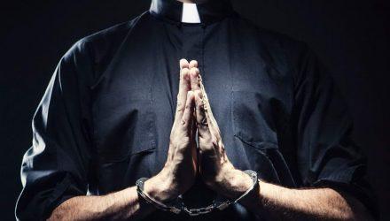 Правоохранители задержали лжесвященника: снимал порчу за 1200 долларов с белорусов и украинцев