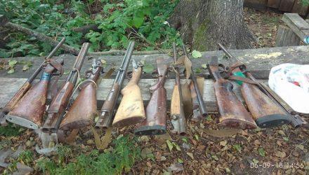 Матёрый попался. На Гомельщине браконьер спрятал 6 ружей в уличный туалет, а на чердаке хранил километр сетей