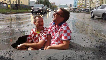 В Гомеле для ремонта дорожных ям вместо асфальта использовали... строительный мусор