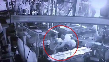 Жуткая смерть рабочего, которого начальник надул компрессором, попала на видео (18+)