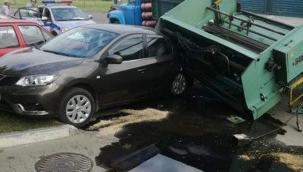 Фотофакт: в Гомеле на легковушку с грузовика упал станок и отдавил зад
