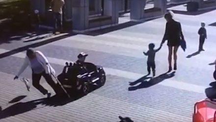 Ребёнок на игрушечной машинке сбил пенсионерку в Бресте – видео