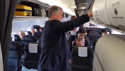 Фотофакт. Президент Украины летел из Лондона в Киев рейсовым самолетом