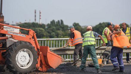 «Пирог» весом 3000 тонн: на Любенском мосту наконец-то приступили к укладе асфальтобетона