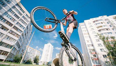 """Там, где нельзя пройти, он - проедет. Гомельский велотриалист """"рубится"""" на улицах города"""