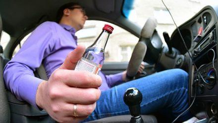 В Октябрьском местный житель на авто без тормозов попал в ДТП и попросил родственников привезти ему бутылку водки