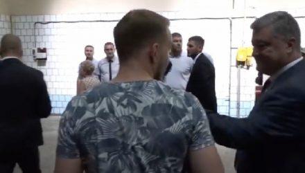Порошенко выхватил микрофон у журналиста из-за неудобного вопроса — видео