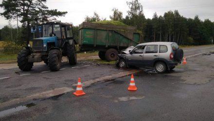 В Петриковском районе трактор проигнорировал ПДД и отправил водителя легковушки в больницу