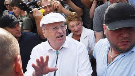 """""""Иди сюда, подлец!"""" Жириновский подрался с прохожим, назвавшим его гов**м – видео"""
