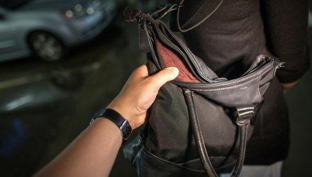 Мастер пикапа 80 уровня! В Светлогорске мужчина подкатил к девушкам, а когда те отшили – схватил сумочку и бросился бежать