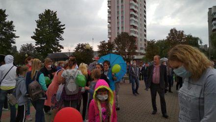 """Около 200 человек в масках. В Светлогорске, где жалуются на """"вонючий"""" завод, местные вышли на площадь"""