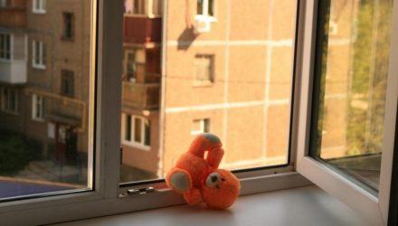В Буда-Кошелёвском районе из окна балкона 3 этажа выпала 4-летняя девочка. В это время пьяная мама спала
