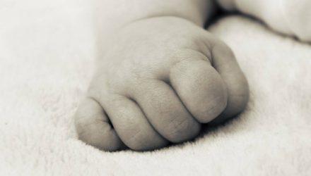 Кричал в кустах: в Бобруйске врачи скорой нашли на улице младенца. Теперь ищут мать