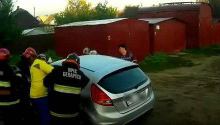В Жлобине годовалая девочка заблокировала двери в заведённом авто – на помощь пришли спасатели