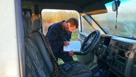 Пропавших рыбаков нашли в микроавтобусе на дне озера. Что произошло?