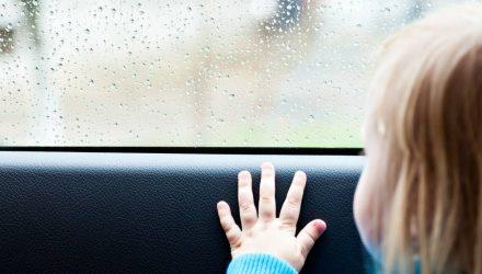 Отец должен был завести годовалую дочку в сад, но забыл её в машине. Ребёнок умер
