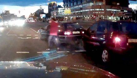 Белоруска устроила хаос на дороге и сбежала от рассерженных мужчин (видео)