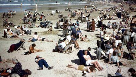 Назад в будущее. 6 старинных фото, на которых нашли смартфоны