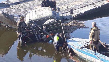 Фотофакт: в Житковичском районе ЗИЛ скатился с понтонного моста в Припять – очередь на переправу 2,5 км