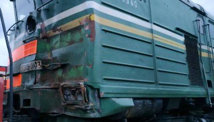 В Украине в 9 км от Гомельщины на железной дороге столкнулись белорусский грузовой состав и МАЗ, водитель грузовика погиб