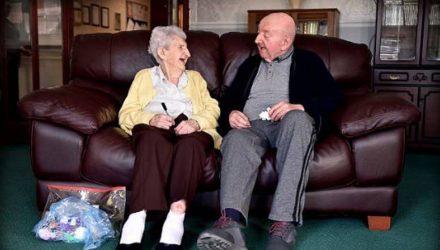 98-летняя мать переехала в дом престарелых, чтобы ухаживать за 80-летним сыном