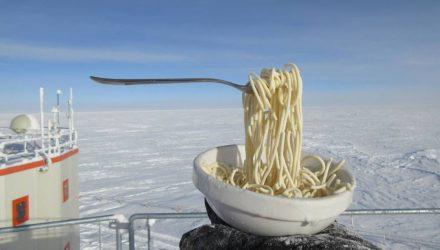 Фотофакт: лапша, оставленная на антарктической станции при -60℃